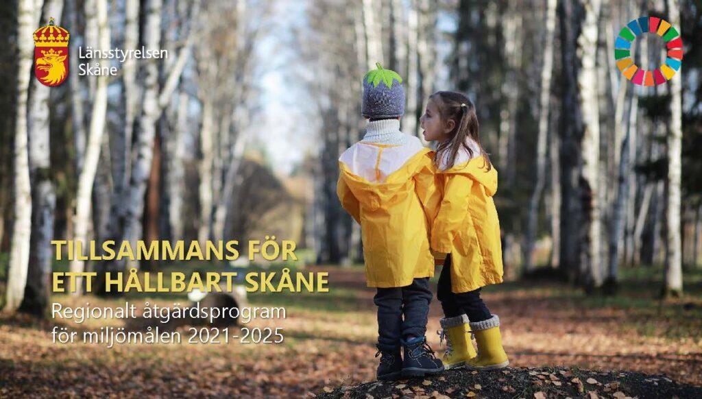 """Liggande version av framsida till remissrapporten """"Tillsammans för ett hållbart Skåne. Regionalt åtgärdsprogram för miljömålen 2021-2025."""" På bilden syns två barn i gula regnjackor. I bakgrunden syns träd lite suddigt. Klicka på bilden så kommer du till mer information om remissen."""