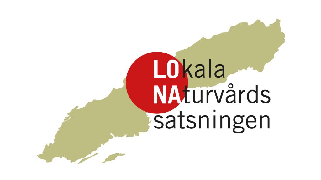 Logotyp för LONA. Bokstäverna LO NA i en röd fylld cirkel. Texten och cirkeln över en liggande karta över Sverige.