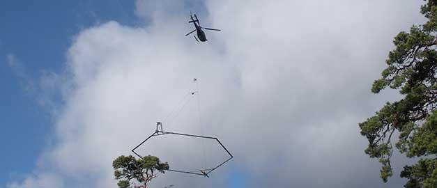 Fotot visar en helikopter med en sexkantig mätutrustning hängande under. Klicka på bilden för att läsa nyhetstext.